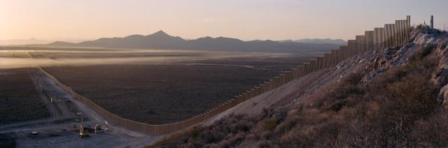 1123US_Sunrise_haze_fence_up_hill-Kopie